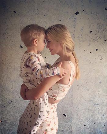 Ivanka Trump ôm con trai đăng trên Twitter hôm 27/5. Ảnh: Twitter.