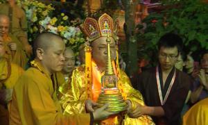 Hàng nghìn người cung nghinh xá lợi Phật trên nhiều tuyến phố Hà Nội