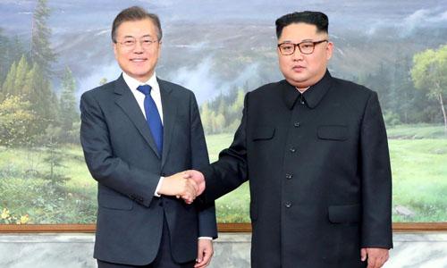 Tổng thống Hàn Quốc Moon Jae-in bắt tay lãnh đạo Triều Tiên Kim Jong-un trong cuộc gặp hôm 26/5. Ảnh:Reuters.