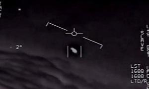 Vật thể lạ lơ lửng bên tiêm kích F-18 Mỹ