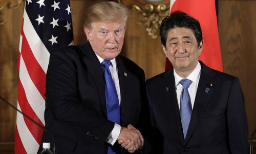 Tổng thống Mỹ và Thủ tướng Nhật gặp nhau tại Tokyo hồi cuối năm 2017. Ảnh: Reuters.