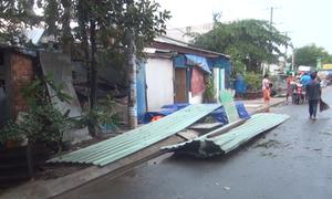 Hàng loạt nhà tốc mái, cây ngã đổ sau trận dông lốc ở Sài Gòn