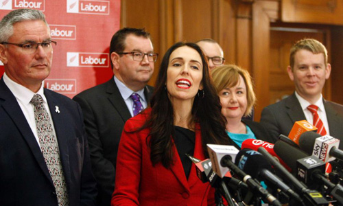 Nữ thủ tướng New Zealand Jacinda Ardern (giữa) tại một buổi họp báo của Công đảng tháng 9/2017. Ảnh: AP.