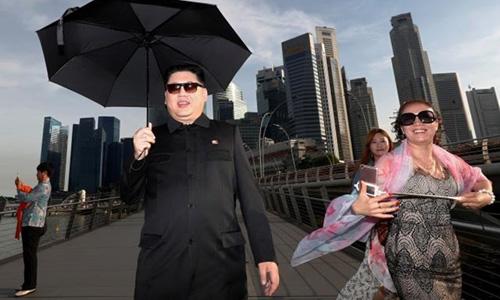 Bản sao của lãnh đạo Triều Tiên Kim Jong-un xuất hiện gần khách sạn Marina Bay Sands ở Singapore. Ảnh: Reuters.