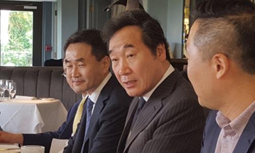 Thủ tướng Hàn Quốc Lee Nak-yon trao đổi với phóng viên tại London hôm 27/5. Ảnh: Yonhap.