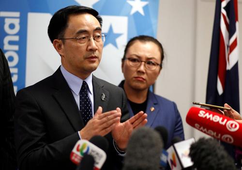 Jian Yang, nghị sĩ New Zealand gốc Hoa, tại buổi họp báo tổ chức ởAuckland, New Zealand, tháng 9/2017. Ảnh: AP.