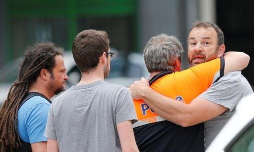 Một người đàn ông phải cần đến sự trợ giúp của cảnh sát tại nơi xảy ra xả súng. Ảnh: Reuters.