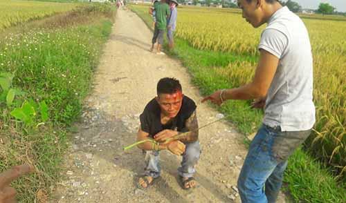 Lương bị dân làng vây bắt sau khi cùng đồng bọn hành hung chủ máy gặt. Ảnh: Q.T.