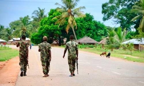 Lực lượng an ninh Mozambique tuần tra trên đường. Ảnh: BBC.