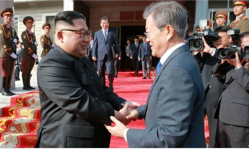 Lãnh đạo Triều Tiên Kim Jong-un (trái) và Tổng thống Hàn Moon Jae-in gặp nhau lần thứ hai ngày 27/5 tạiPanmunjom. Ảnh: Reuters.