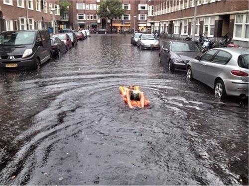 Thú vui khi đường phố bỗng hóa thành sông.