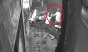 5 phụ nữ lao ra giật lại xe SH khỏi tay tên trộm có dao
