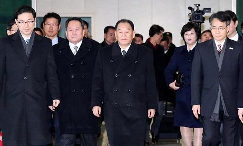Tướng Kim Jong-chol (giữa) dẫn đầu phái đoàn Triều Tiên tới Hàn Quốc dự lễ bế mạc Olympic tháng 2/2018. Ảnh: Reuters.