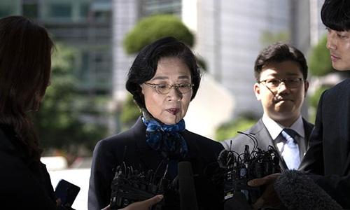 Lee Myung-hee tỏ ra bình tĩnh, liên tục cúi đầu nói xin lỗi khi xuất hiện tại trụ sở cảnh sát Seoul sáng 28/5. Ảnh: Korea Times.