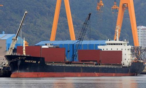 Tàu Hao Fan 6 của Trung Quốc chở hàng cấm cho Triều Tiên bị Liên Hợp Quốc cấm ghé mọi cảng trên thế giới tháng 10/2017. Ảnh: CNN.
