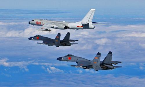 Các máy bay ném bom H-6K và chiến đấu cơ Su-30 của Trung Quốc bay phía trên eo biển Đài Loan. Ảnh: PLA.