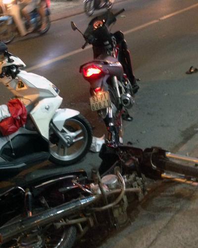 Xe máy của nhóm cướp và nạn nhân tại hiện trường. Ảnh: Tin Tin