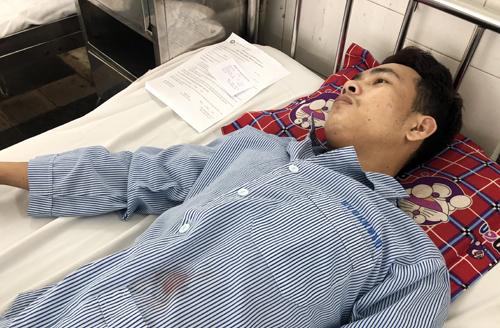 Nạn nhân Tùng đang điều trị tại bệnh viện. Ảnh: Tin Tin
