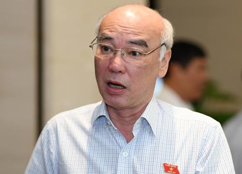 Ông Phan Nguyễn Như Khuê bên hành lang Quốc hội sáng 29/5. Ảnh: Hoàng Phong.
