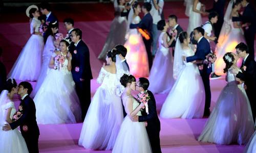 Một đám cưới tập thể diễn ra ở thành phố Thẩm Dương, tỉnh Liêu Ninh, Trung Quốc ngày 20/5. Ảnh:Guardian.