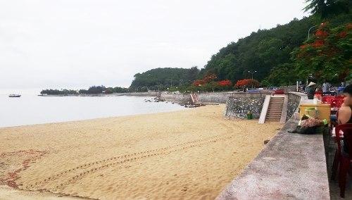 Sau sự việc chặt chém, ép đoàn khách Hà Nội vào ăn phải chi tiền ghế ngồi , nữ chủ quánTrương Thị Nhung đã phạt 2000.000 đồng, ngoài ra điểm kinh doanh bị xóa bỏ, trả lại không gian cho bãi biển khu 2. Ảnh: Giang Chinh
