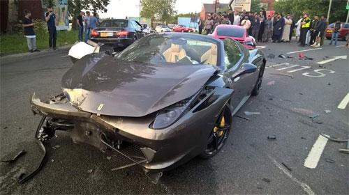 Siêu xe Ferrari 458 thiệt hại nặng ở phần đầu và phía mạn phải. Ảnh: Twitter.