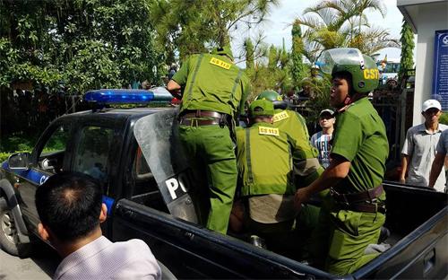 Cảnh sát đưa nam thanh niên lên xe đi về trụ sở. Ảnh: Võ Thạch.