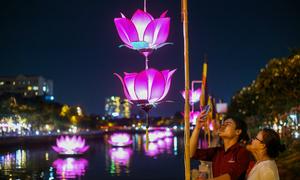 Hoa đăng rực sáng kênh Nhiêu Lộc trong lễ Phật đản