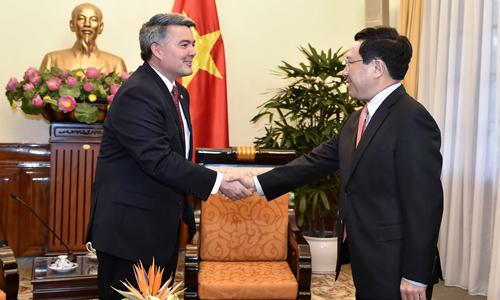 Thượng nghị sĩ Mỹ Gardner trao đổi với Phó thủ tướng Phạm Bình Minh tại Hà Nội ngày 28/5. Ảnh: Bộ Ngoại giao Việt Nam.