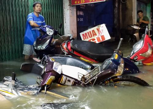 Hàng loạt tuyến đường TP HCM ngập nặng hôm 19/5. Ảnh: Quỳnh Trần.