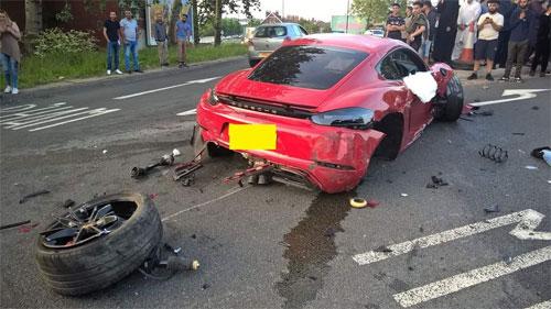 Chiếc Porsche 718 Cayman gần như long hết 3 bánh xe, vô số linh kiện, mảnh vỡ văng ra đường. Ảnh: Twitter.