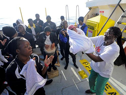 Những người di cư nhảy múa chào mừng Miracle ra đời. Ảnh: Sky News