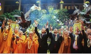 Phó thủ tướng Trương Hòa Bình thả bồ câu trong lễ Phật đản