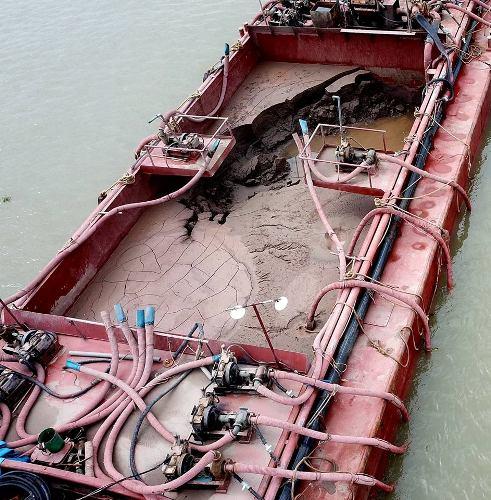 Trên các khoang tàu lượng cát đã hút được hàng trăm m3. Ảnh:Giang Chinh