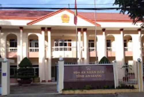 Toà án tỉnh An Giang - nơi ghi nhận nhiều vết đạn bi hằn trên cửa sổ. Ảnh: An Phú