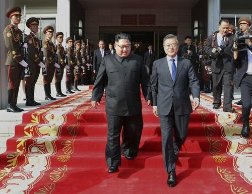 Tổng thống Hàn Quốc Moon Jae-in (phải) và lãnh đạo Triều Tiên Kim Jong-un xuất hiện sau cuộc gặp tại Khu Phi quân sự liên Triều (DMZ) hôm 26/5. Ảnh: South Korea Presidential Blue House.