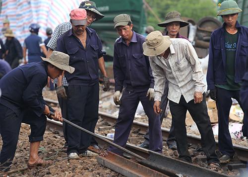 Công nhân sửa chữa đường ray, dự kiến hai ngày tới ga Núi Thành sẽ được khắc phục xong. Ảnh:Đắc Thành.