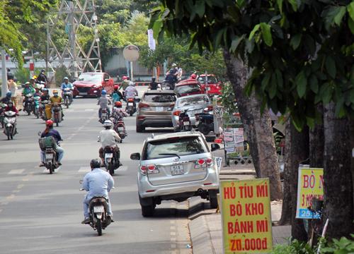 Vỉa hè Sài Gòn nhiều nơi như chưa từng có các đợt ra quân lập lại trật tự. Ảnh: Duy Trần.