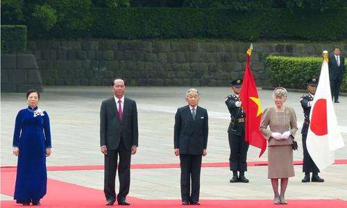 Nhật hoàng và Hoàng hậu Nhật Bản đón Chủ tịch nước Việt Nam Trần Đại Quang và phu nhân sáng nay tại Hoàng Cung. Ảnh: TTXVN.