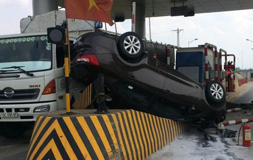 Hiện trường vụ tai nạn khiến hai người trên xe Kia bị thương. Ảnh: Nguyễn Hưng