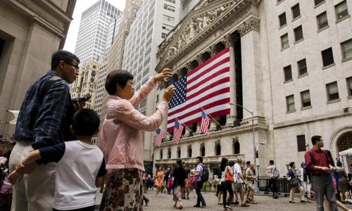 Khách du lịch Trung Quốc chụp ảnh bên ngoài Sở Giao dịch Chứng khoán New York ngày 8/7/2016. Ảnh: Reuters.