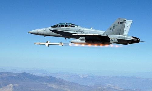 Tiêm kích F/A-18 của hải quân Mỹ phóng tên lửa trong một cuộc thử nghiệm. Ảnh: US Navy