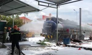 Xe bồn phát nổ khi đang bơm nhiên liệu vào trạm xăng