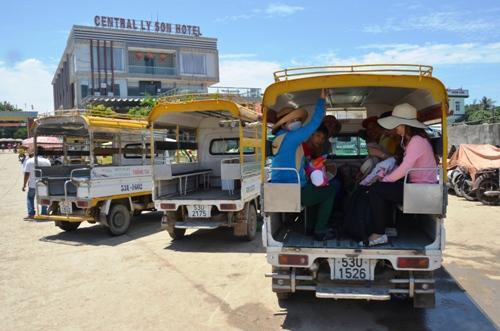 Người dân đảo Lý Sơn mua xe chở khách biển số TP HCM. Ảnh: Phạm Linh.