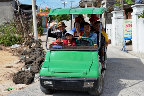 Người dân Lý Sơn chở du khách tham quan bằng xe điện bốn bánh. Ảnh: Phạm Linh.