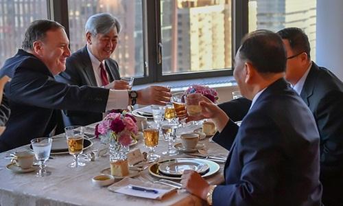 Quan chức cấp cao Triều Tiên Kim Yong-chol (phải) dùng bữa tối với Ngoại trưởng Mỹ Mike Pompeo (trái) tại New York hôm 30/5. Ảnh: AFP.