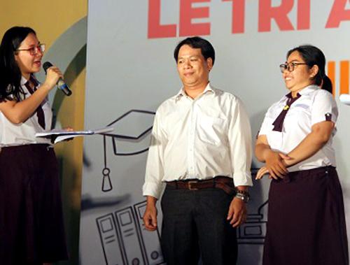 Ông Lê Thanh Bình (giữa) và con gái trên sâu khấu lễ trưởng thành. Ảnh: Mi Lăng.
