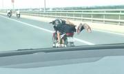 Quái xế chạy xe máy kiá»u vẫy Äuôi cá trên cầu Nhật Tân