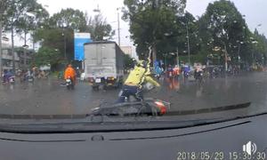 Cô gái ngã xe máy vì tạt đầu ôtô