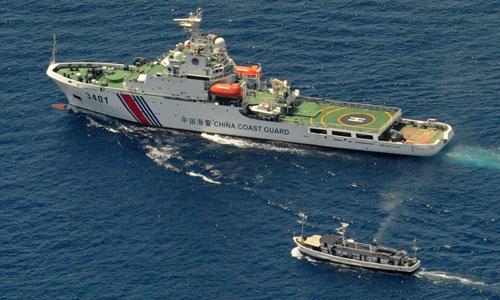 Tàu hải cảnh Trung Quốc ngăn cản tàu tiếp tế Philippines gần bãi Cỏ Mây vào năm 2014. Ảnh: AFP.